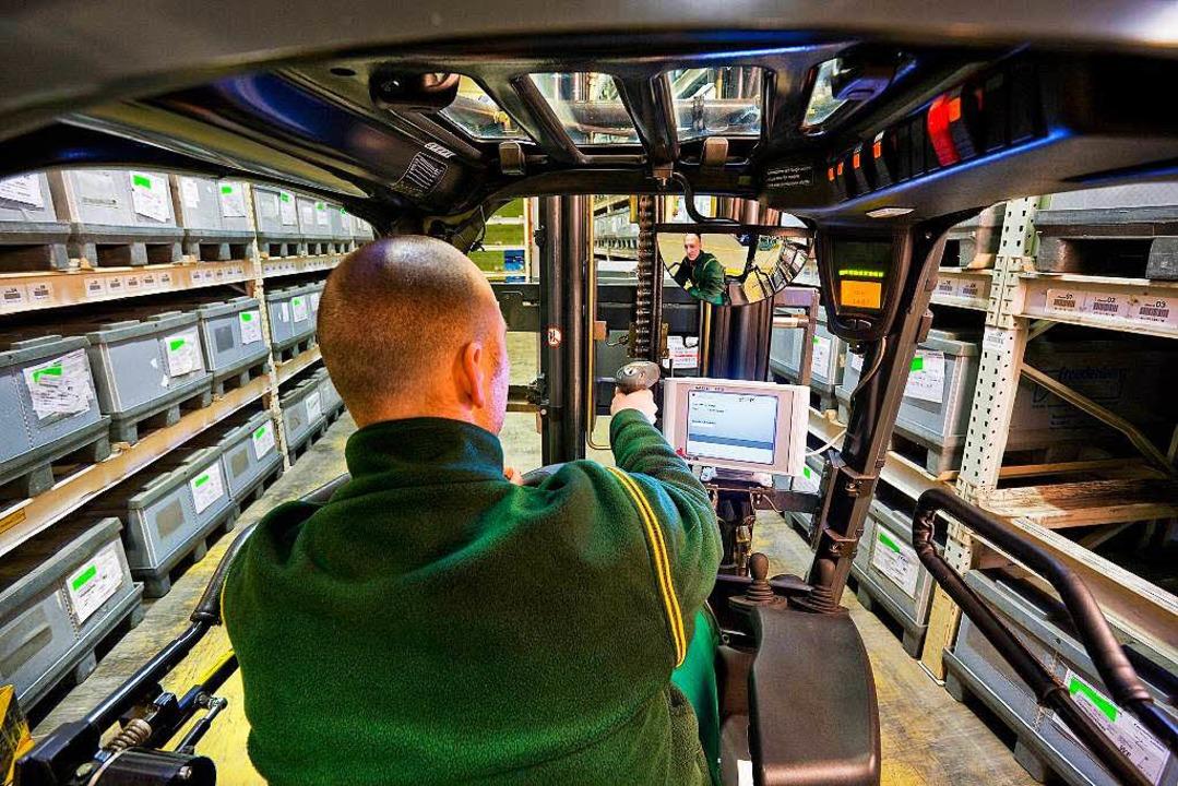 Ein Staplerfahrer fährt durch eine Halle bei der Spedition Karl Dischinger.  | Foto: bz