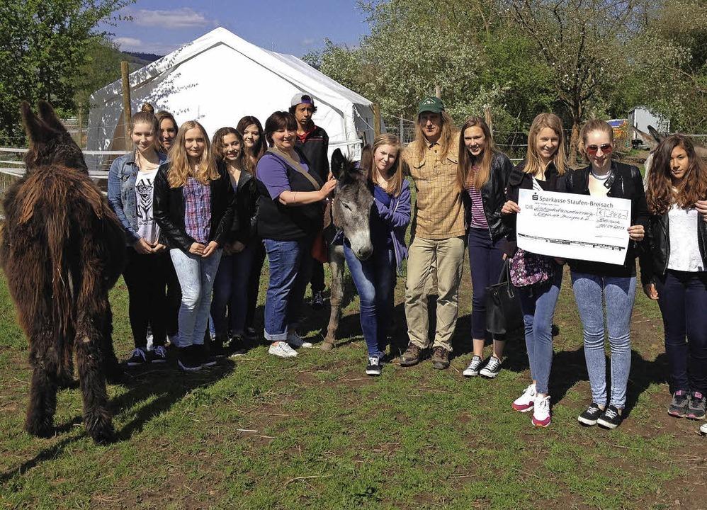 Einen Spendenscheck  über 341 Euro übe...ützer Uwe Marche (Fünfter von rechts).  | Foto: Privat