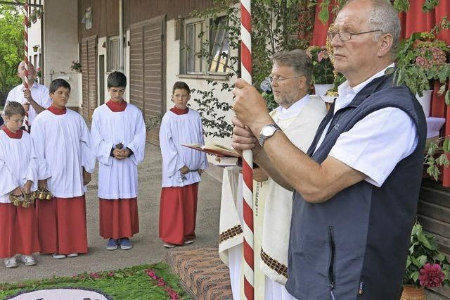 Viele Gläubige feiern Fronleichnam