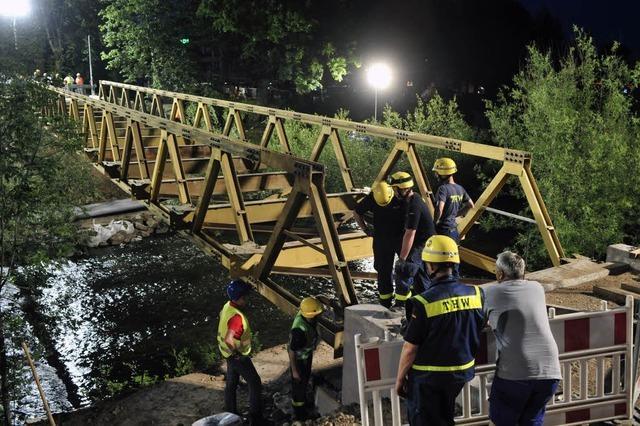 Riesenkräne heben Behelfsbrücke hoch und setzen sie neben die Kronenbrücke