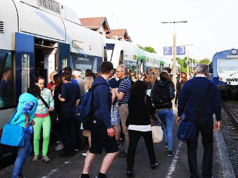 Hochbetrieb am Bahnhof Gottenheim, an ...euzen und die Kaiserstuhlbahn andockt.  | Foto: Manfred Frietsch