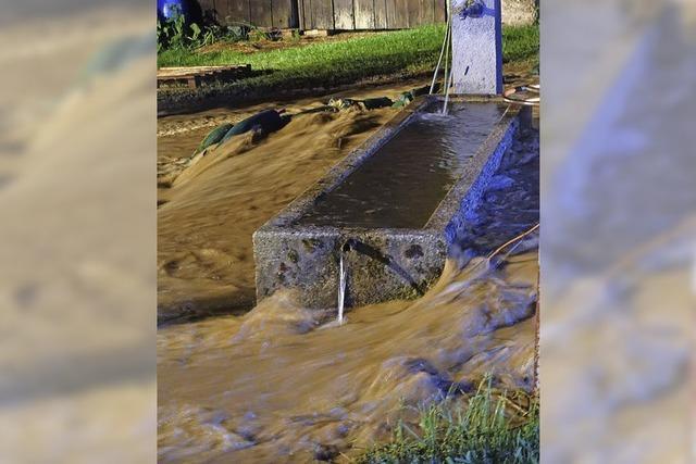 Straße in Boll mit Wasser überflutet