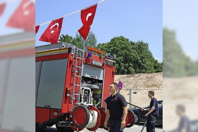 Rotes Feuerwehrfahrzeug unter roter Halbmondflagge