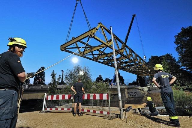 Das Technische Hilfswerk hat am Freitagabend die Behelfsbrücke über die Dreisam aufgestellt