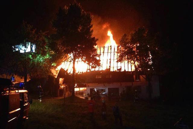 Blitz setzt Bauernhof in Flammen – Großeinsatz in Gutach