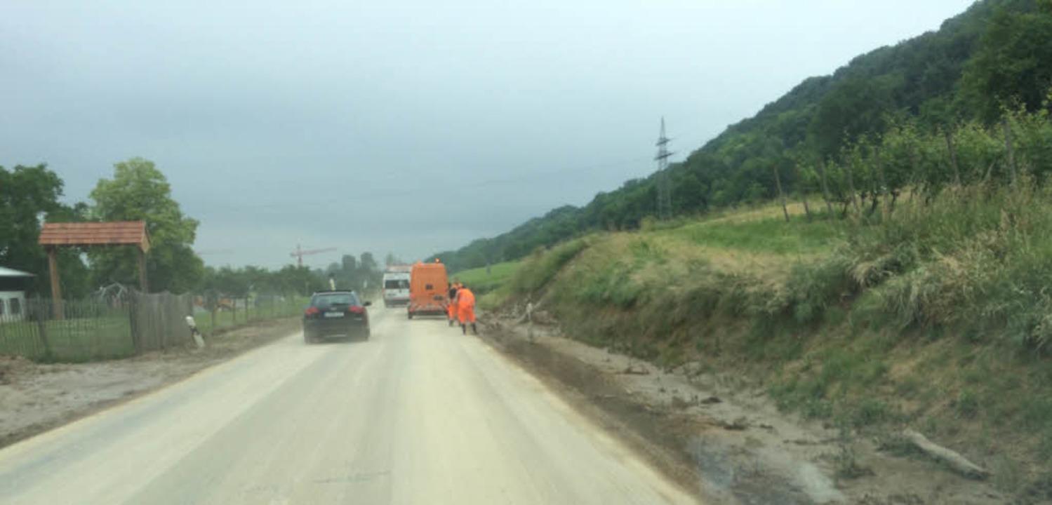 Aufräumarbeiten nach dem Unwetter auf der K 6347  | Foto: Jutta Schütz