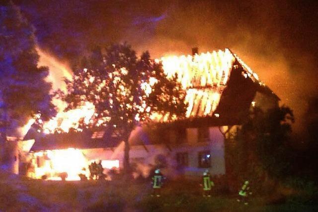 Blitzschlag lässt Bauernhof brennen