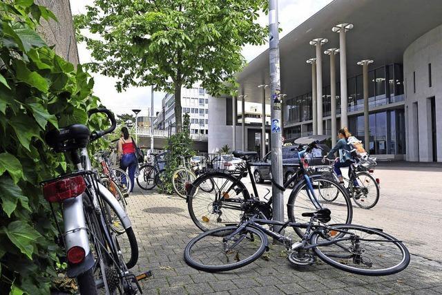 Beim Freiburger Konzerthaus kommen sich Fußgänger und Radler oft in die Quere