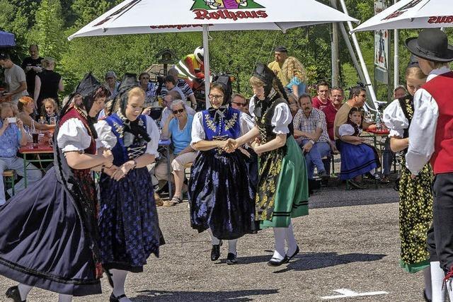Volkstümliche Tänze gezeigt