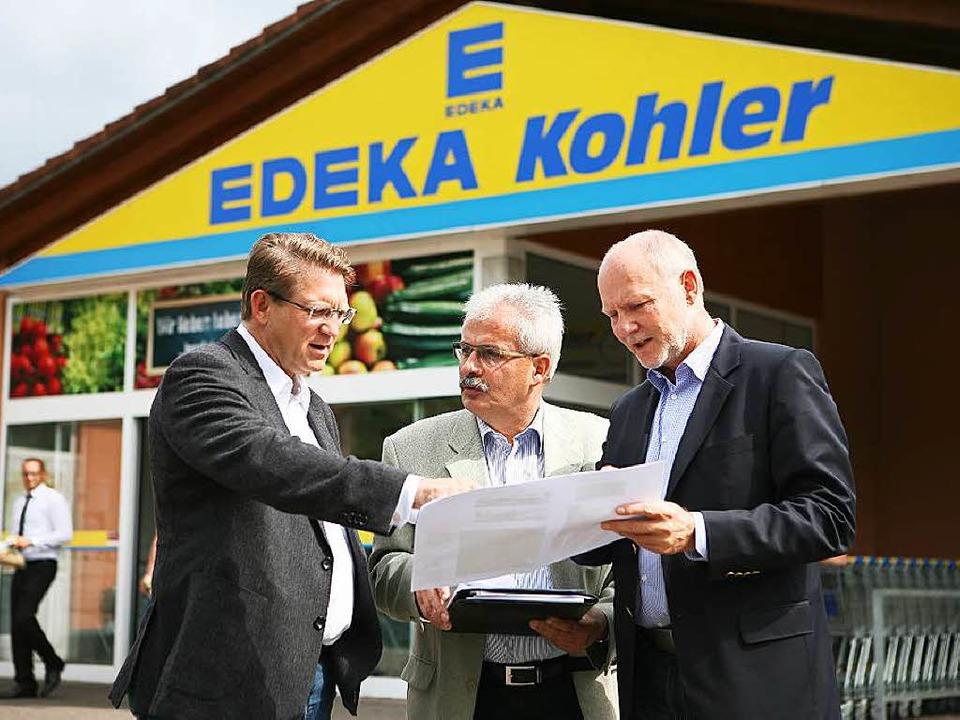 Edeka-Geschäftsführer Uwe Kohler, Orts...mgestaltung von Geschäft und Umgebung.  | Foto: Bastian Henning