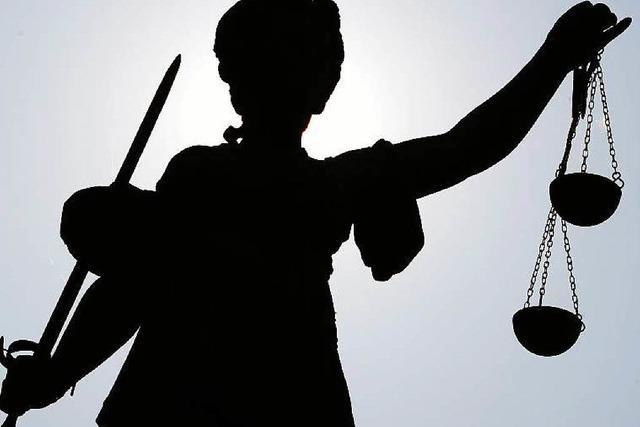 Angeklagter will Ausweis von Richter sehen
