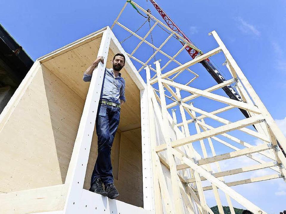 Der französische Architekt Benjamin To...eim Bau des Turms auf dem Theaterdach   | Foto: ingo schneider