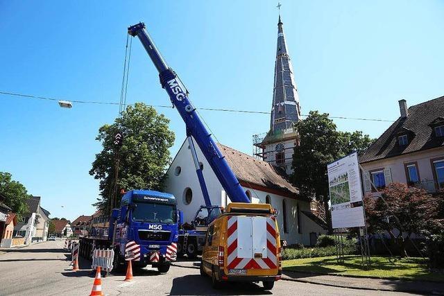 Spitzen-Leistung in Ottenheim: Der Kirchturm wird wieder aufgebaut