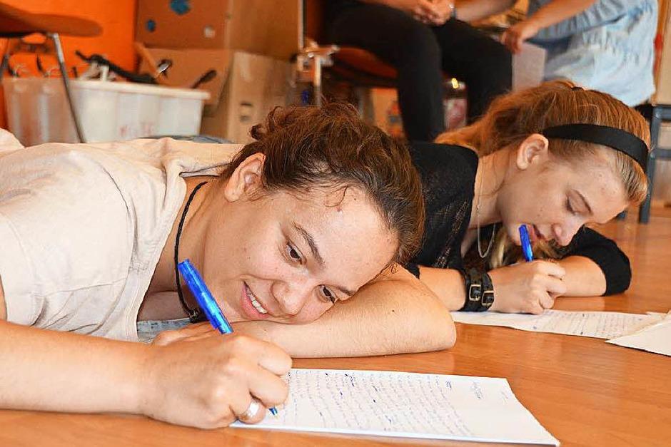 Spaß an den eigenen Texten zu haben, stand beim Workshop im Vordergrund. Am Ende präsentierten die jungen Autoren ihre Werke. (Foto: Sina Gesell)