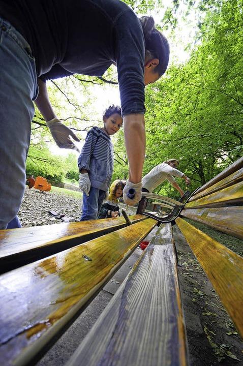 Da wird  nix auf die lange Bank gescho...iole packt in ihrem Lieblingspark an.   | Foto: privat