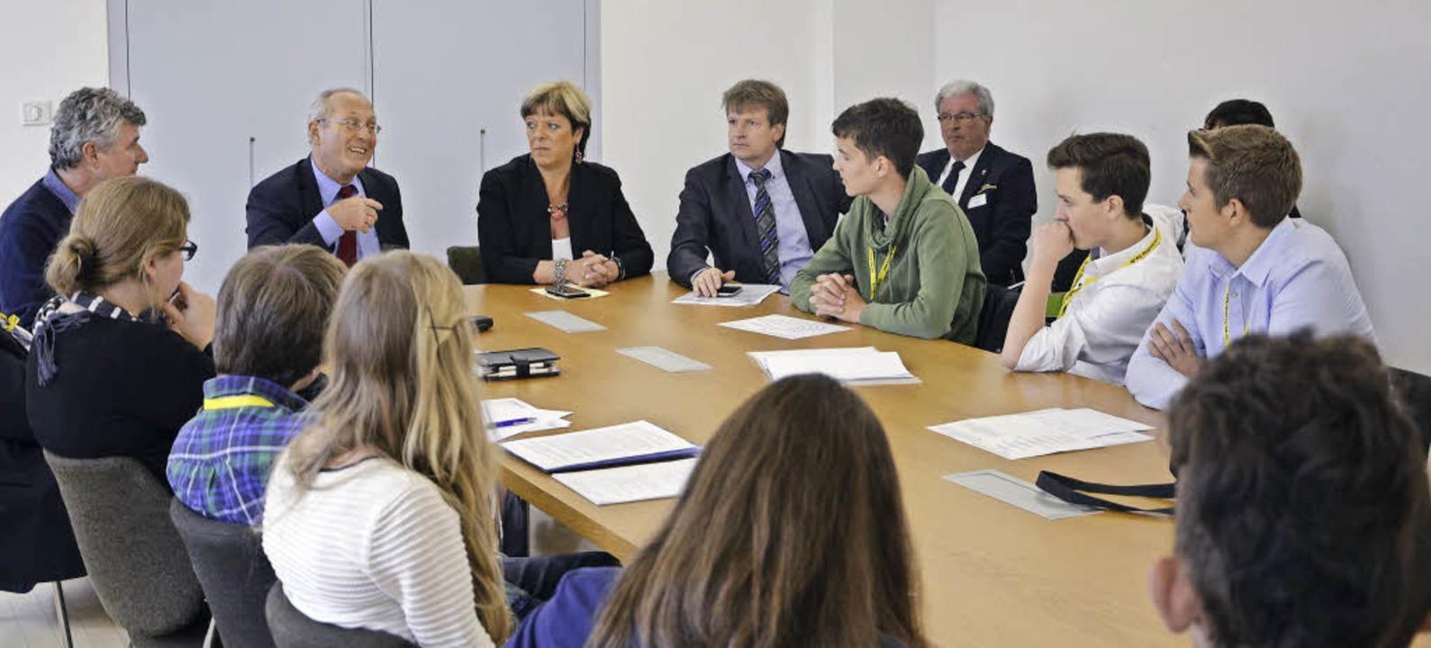 Der Rat der Jugend im Gespräch mit dem...r Landtagsabgeordneten Sabine Wölfle).  | Foto: Fotos: Antonia Bues