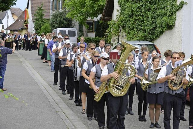 Beim Umzug zum Munzinger Winzerkapellen-Jubiläum gab's Wasserfontänen von der Feuerwehr