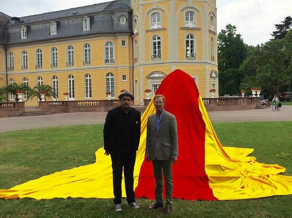 Stefan Strumbel und Prinz Bernhard von...t badischen Farben verhüllten Denkmal.  | Foto: Thomas Hentschel