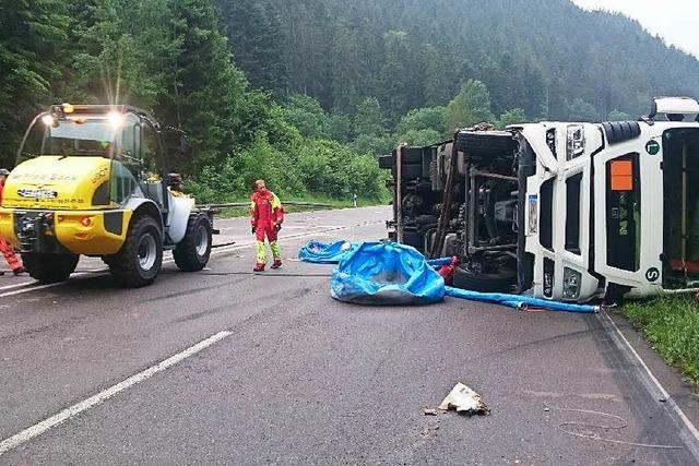 Lastwagen mit Chemie-Kanistern im Höllental umgekippt