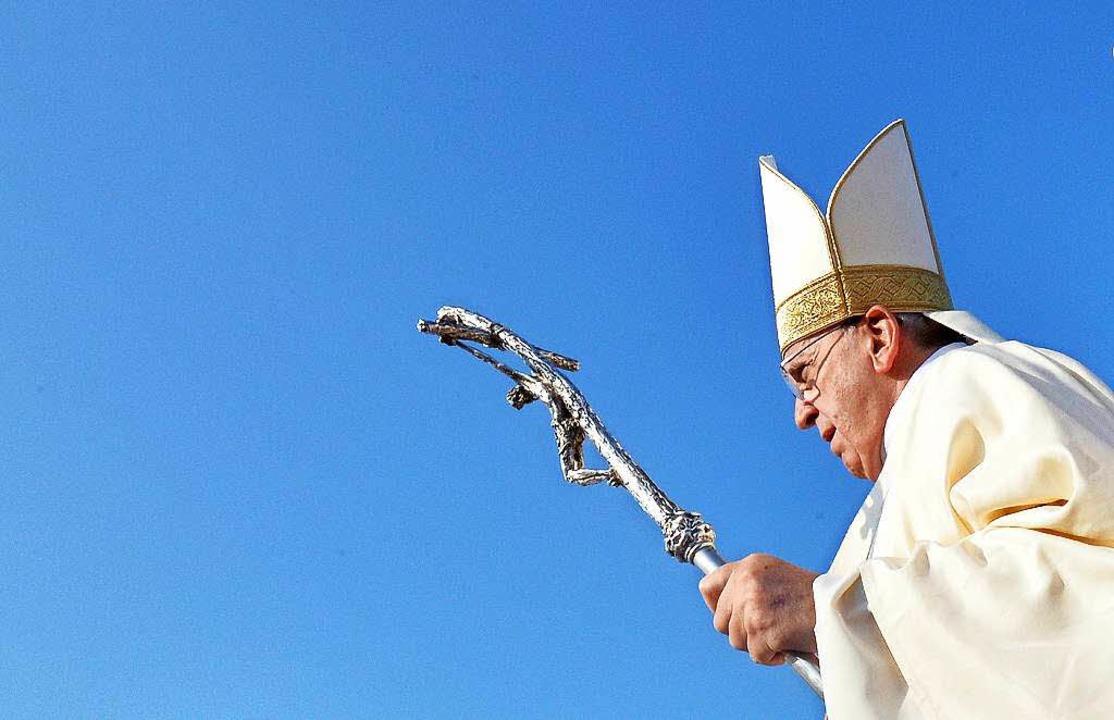 Blauer Himmel, grüner Papst: Im Entwur...yklika findet Franziskus klare Worte.   | Foto: dpa