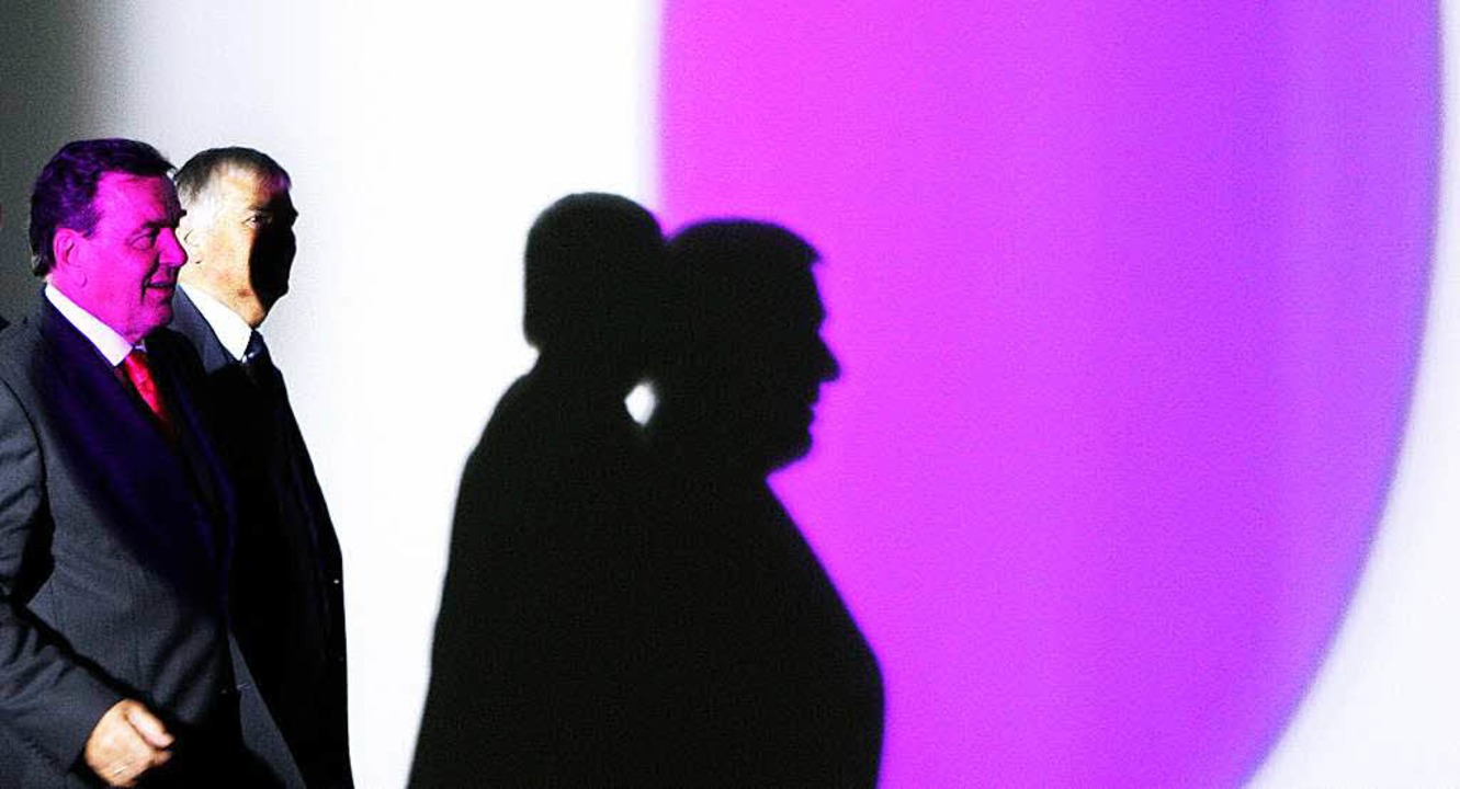 Zwischen Licht und Schatten: der ehema...vom kasachischen Diktator einspannen.   | Foto: dpa