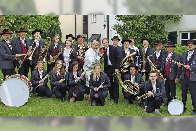 Bernd Lafrenz und der Musikverein Sölden im Klostergarten in Sölden