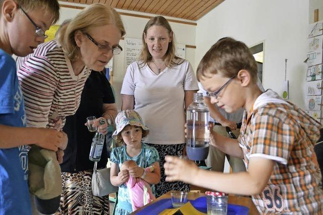 Lehrreiche Experimente und Tee aus dem Schulgarten