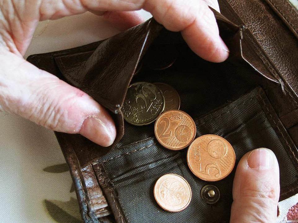 Trotz Arbeit Ebbe im Portemonnaie: Die...m Markgräflerland immer mehr Menschen.  | Foto: DPA