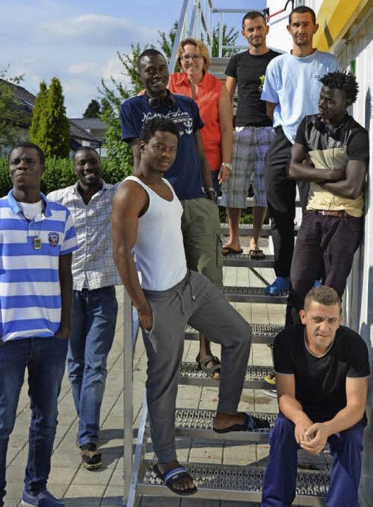 Für den 27-jährigen Abbas aus Gambia (...ndling ein wichtiger Ansprechpartner.   | Foto: Dorothee Soboll