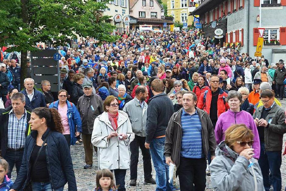 Nur  an Eulogi sind so viele Menschen in der Lenzkircher Ortsmitte zu sehen. (Foto: Ralf Morys)