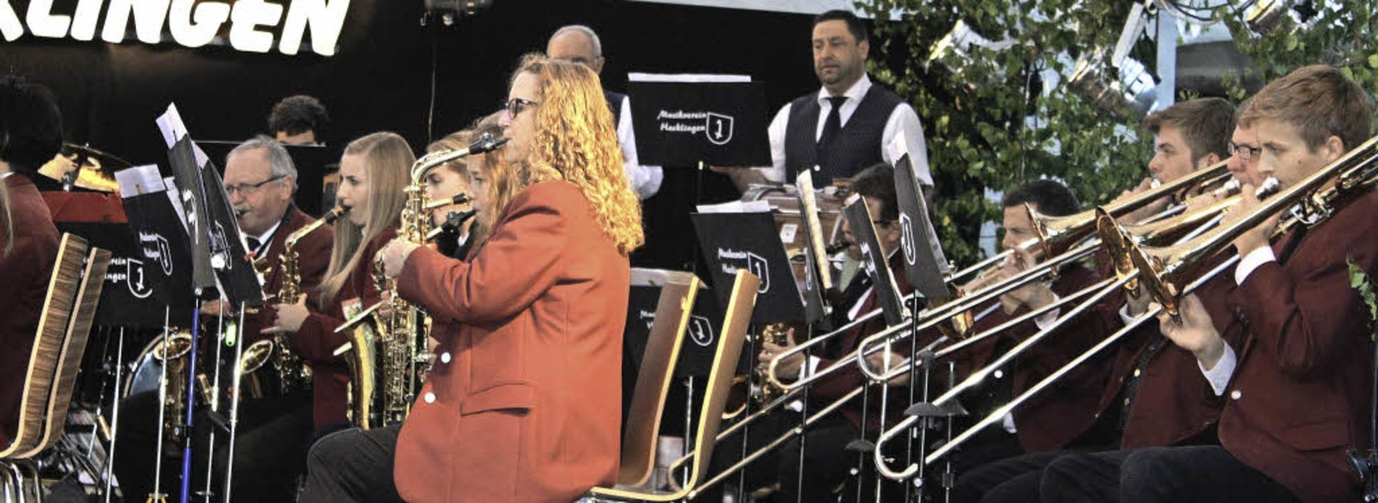 Mitreißende Blasmusik bot der Musikver...lingen am Samstagabend im Schlosshof.   | Foto: Werner Schnabl