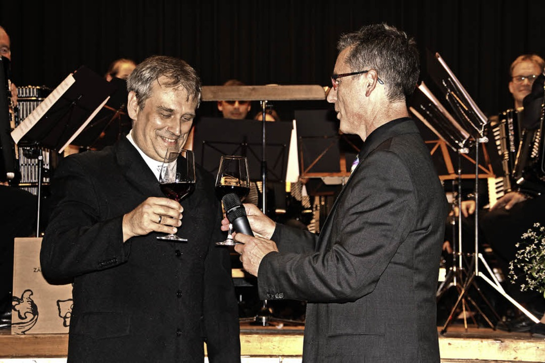 Bundesdirigent Stefan Hippe (links) un...alter beim launigen Rotwein-Glissando.  | Foto: Sabine Model
