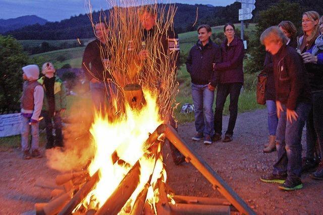 Fröhlicher Tanz um das Feuer