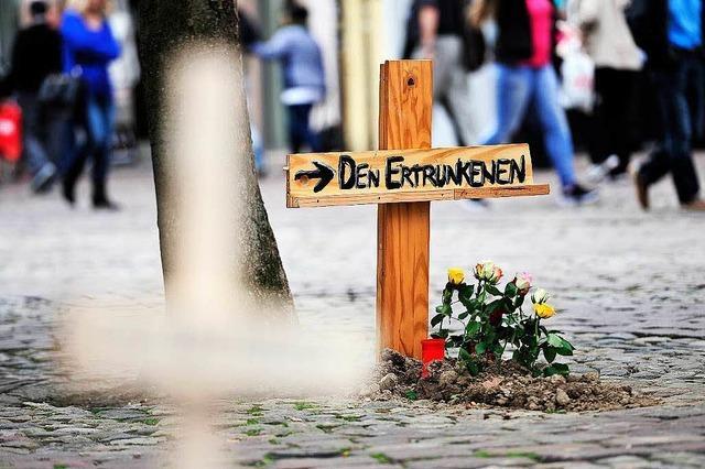 Symbolische Flüchtlingsgräber mitten in der Freiburger Innenstadt