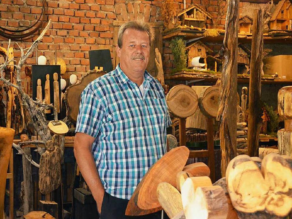Wolfgang Sieburg war 40 Jahre Polizist...er anderem mit Holz-Kunst beschäftigt.  | Foto: Susanne Ehmann