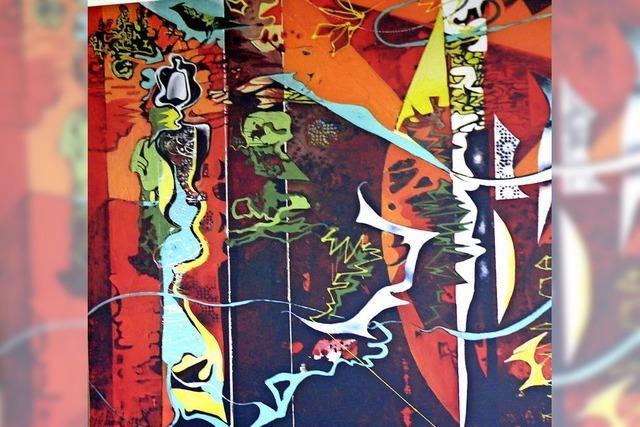 Abstrakte Malereien schmücken den Kultursaal