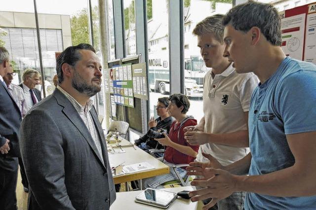 Nachwuchsforscher im Gespräch mit Minister Bonde