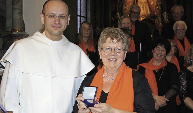 Präses Pater Paul überreicht der Vorsi...igitte Ernst, die Palestrina-Medaille.  | Foto: andreas böhm
