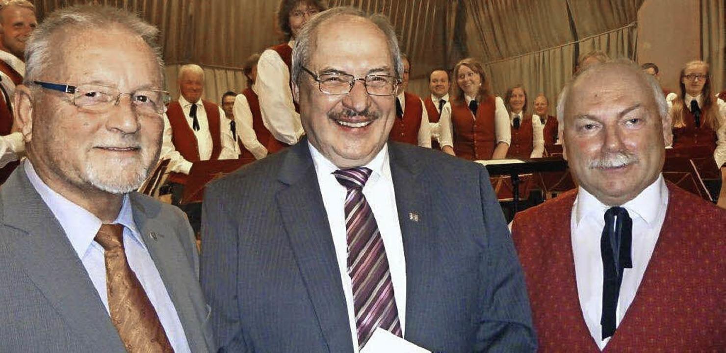 Hellmut Blaudszun vom Markgräfler Musi...vorsitzenden  Eckhart Gysler (rechts).  | Foto: anne freyer