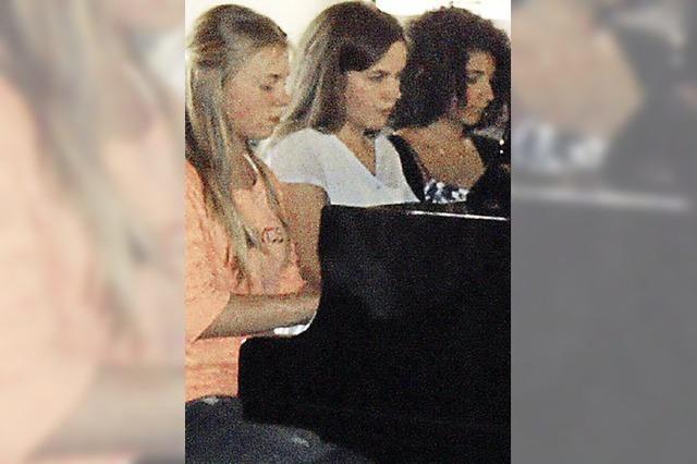 Klavierschüler spielen zum Schuljubiläum
