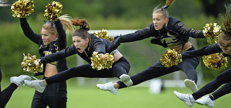 Hochstimmung: Cheerleaderinnen bereich...optisch und akustisch ein Heimspiel.    | Foto: Patrick Seeger