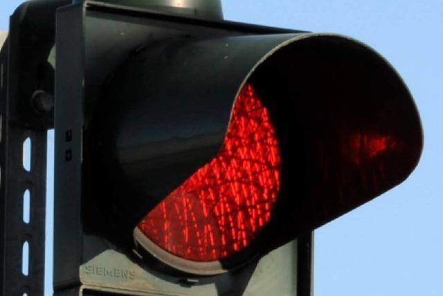 Motorradfahrer missachtet rote Ampel und fährt Schulkind an – dann flüchtet er