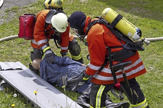 Der lokalen Feuerwehr bei der Arbeit zuschauen