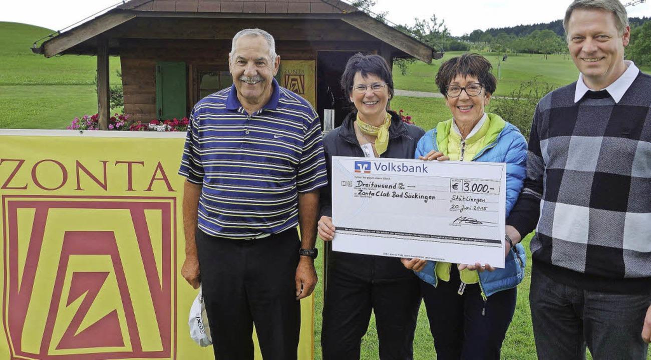 Fritz Ilg, Vorstand des Golfclubs, Kat...s (von links) mit dem Spendenscheck.    | Foto: Andreas Mahler