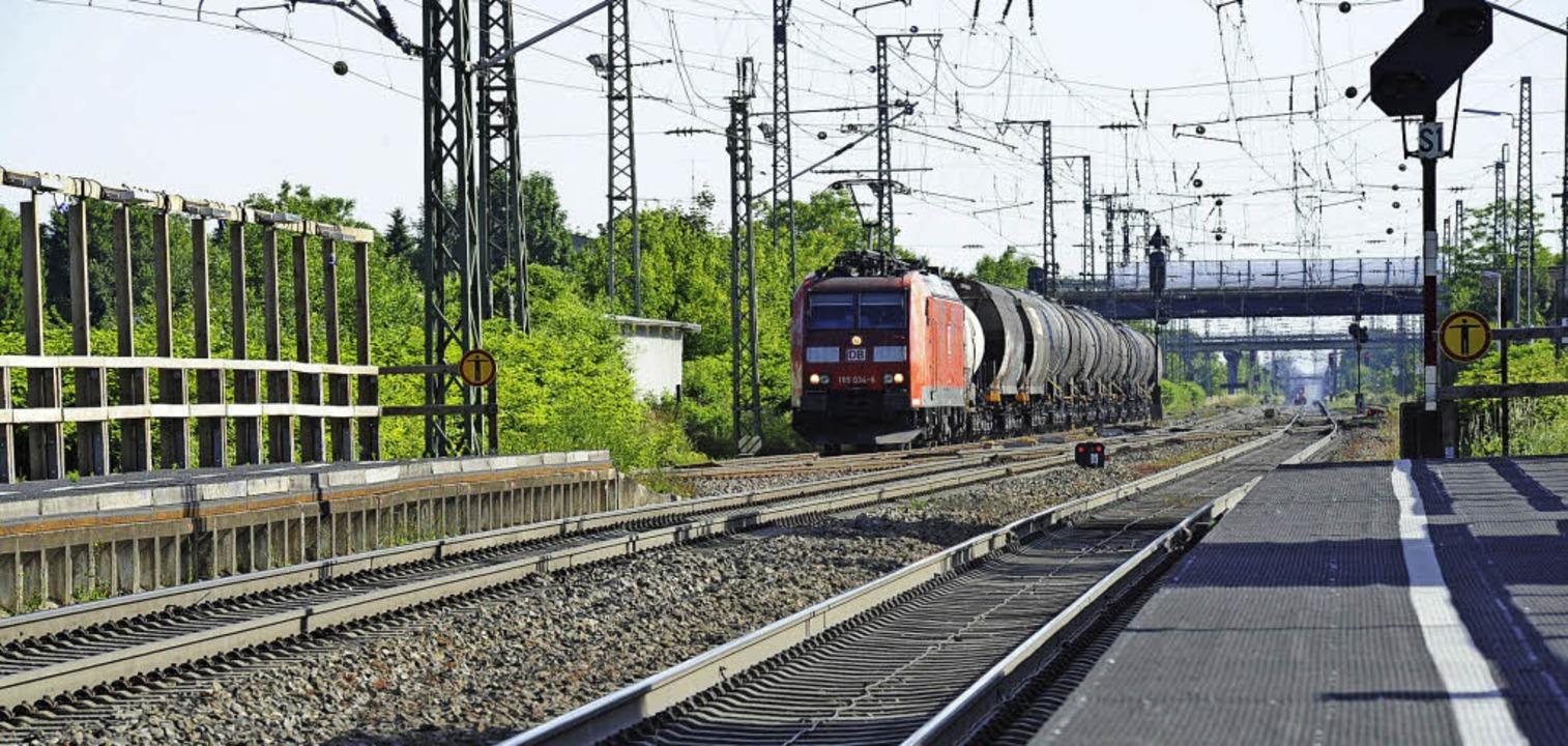 Müllheim und Auggen kämpfen bis zuletz...dass die Güterzüge in den Trog kommen.    Foto: Volker Münch
