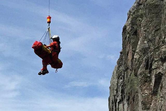 Schweizer Helikopter rettet verunglückte Kletterer am Kandel