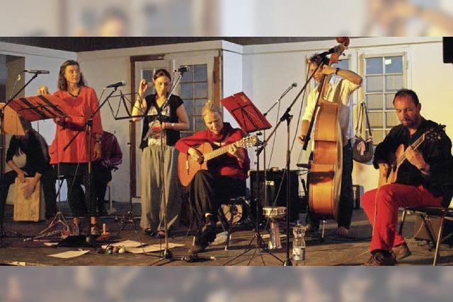 Formation Hora Fani bittet zum Tanz auf Balkanrhythmen und Mazurken