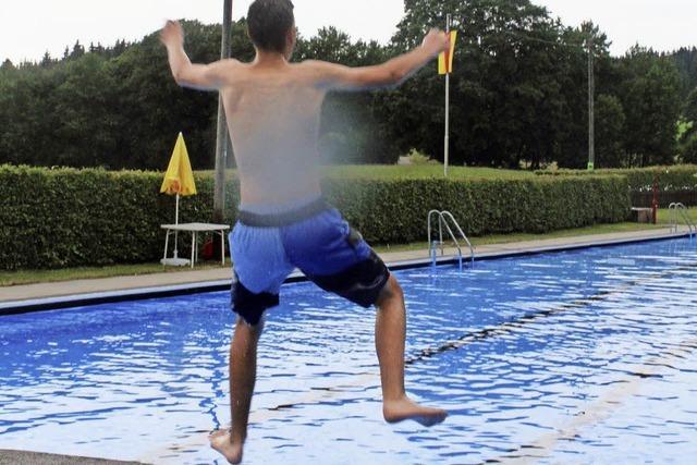 Einige Mutige springen ins 16 Grad warme Wasser