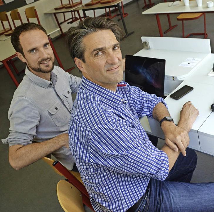 Die Pädagogen Christian Weismann aus W...ihrem selbst  erfundenen Medientisch.   | Foto: Krug