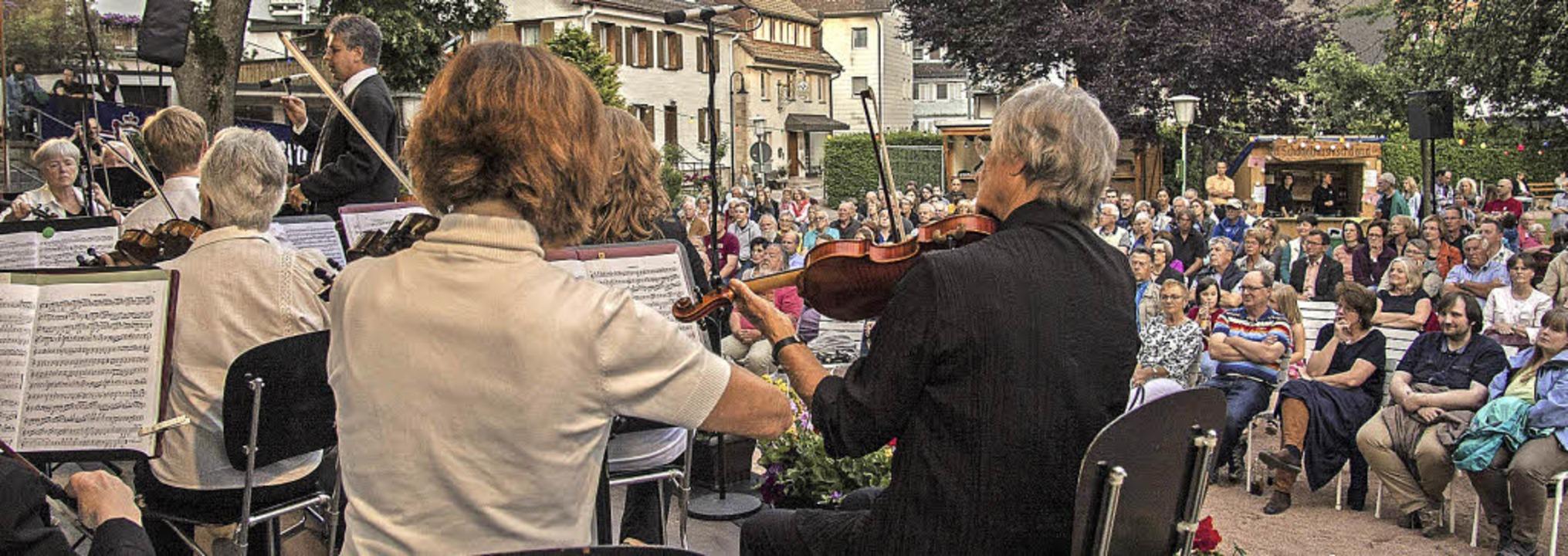 Etwa 250 Besucher genießen das Konzert des Sinfonischen Orchesters.   | Foto: Martin Hannig